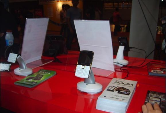 Cтенд MOTOROLA: защита от краж и презентация мобильных телефонов. Используемые противокражные системы - стенды inVue Series 940 and Series 1000 Impact Stands