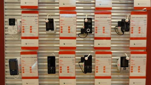 Защита товара от краж на стеллаж свободной выкладки в салоне МТС